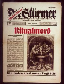 Propaganda is emotie, propaganda moet aansluiten bij al bestaande ideeën. In dit voorbeeld het oude idee dat Joden christelijke kinderen offeren. Afbeelding op de voorpagina van het nazi-blad Der Stuermer, 1939 (USHMM)