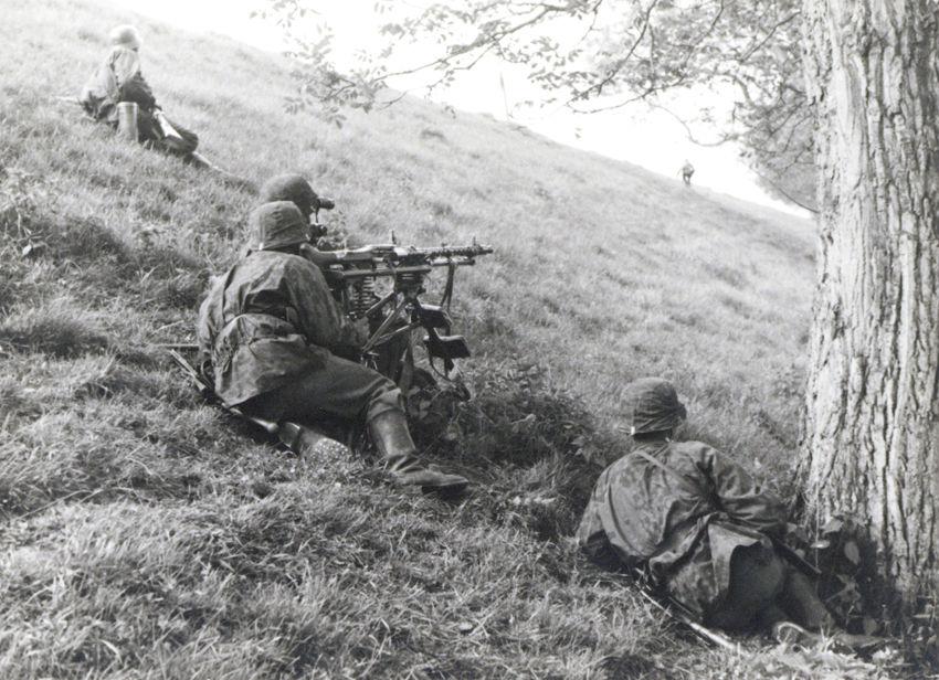 Soldaten van de SS op de Grebbedijk tussen de haven van Wageningen en de Wageningse Afweg. - Foto: Stichting De Greb, Wageningen