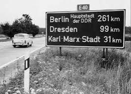 Voor 1989 verkeerden automobilisten, op weg naar West-Berlijn, geruime tijd in onzekerheid of ze daar wel aan zouden komen. De plaatsaanduiding ontbrak; verwezen werd naar 'Berlin - Hauptstadt der DDR'. Bij die hoofdstad stond toch een bordje: West-Berlin.
