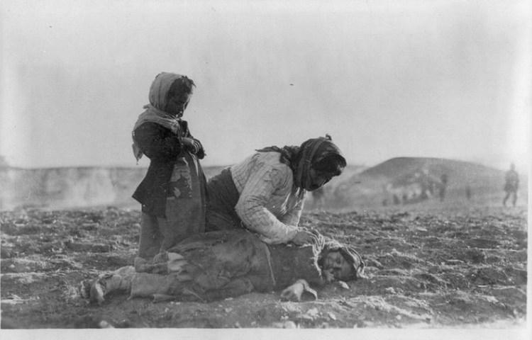 Armeense genocide - Een gedeporteerde Armeense moeder met haar dode kind in de woestijn nabij Aleppo, Ottomaanse Rijk - cc