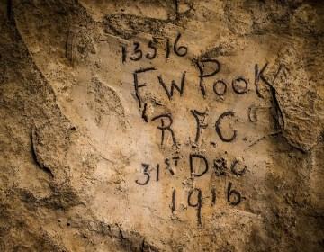 De naam van een militair vereeuwigd op een muur in de voormalige kalkmijn in Naours. © Jeffrey Gusky