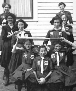Swastika 9, een dames softbalclub uit Washington