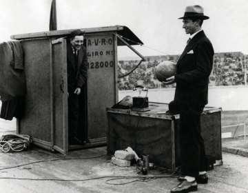 AVRO-directeur Willem Vogt (links) en radioverslaggever Han Hollander op het dak van het Olympisch Stadion in Amsterdam op 11 maart 1928.