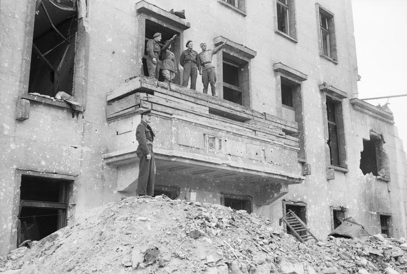 Britse en Russische soldaten op het balkon van de verwoeste kanselarij in Berlijn, juli 1945