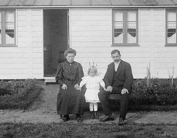 Belgisch vluchtelingen gezin voor hun Deens huisje Vluchtoord Ede ca 1916