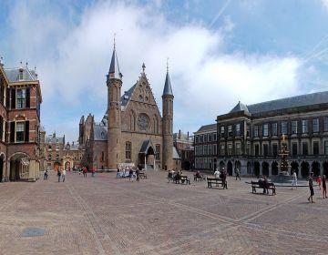 Binnenaanzicht van het Binnenhof, met in het midden de Ridderzaal (Wiki - Ralf Roletschek)