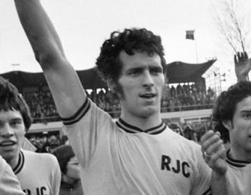 Dick Nanninga in 1975 nadat hij met zijn club van Feyenoord heeft gewonnen (cc - Nationaal Archief Anefo / Mieremet, R.)