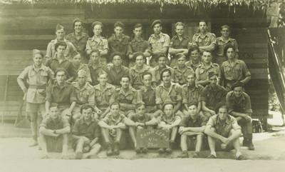Een groepsfoto van het bataljon als het in Maleisië ligt.