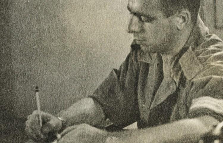 Opa Evert-Jan Nijboer, schrijvend in zijn dagboek. Foto: uit privéarchief