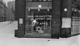 Antisemitische graffiti en Duitse plakkaten in Oslo. Bron: Wikimedia Commons