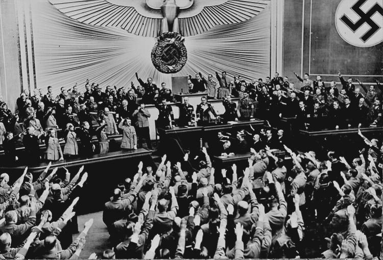 Ovationeel applaus voor Hitler in de Reichstag, nadat hij de succesvolle Anschluss in maart 1938 heeft aangekondigd. Bron: www.rarehistoricalphotos.com