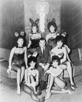 Hugh Hefner met een aantal Playboy-modellen