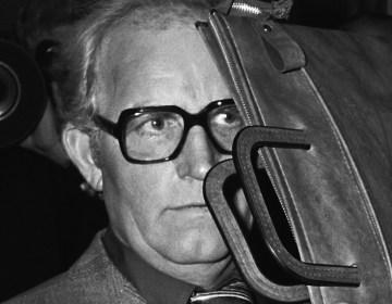Aankomst van de verdachte Siert Bruins in het gerechtsgebouw in Hagen in West Duitsland; hij houdt een tas voor zijn gezicht, 29 oktober 1979 (cc - Anefo- Koen Suyk)