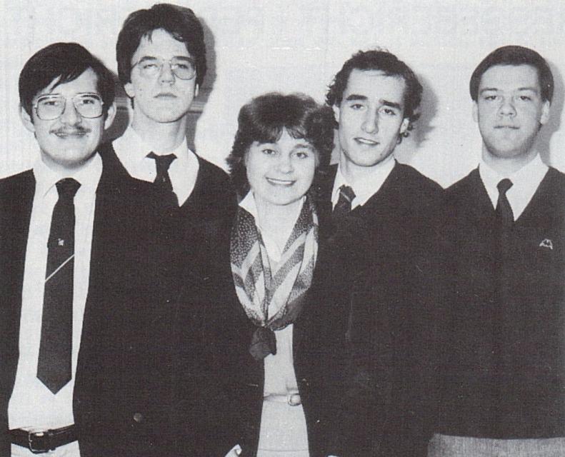 Het bestuur van de JOVD Den Haag in 1984. Mark Rutte is de tweede van links (foto boek)