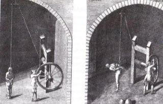 Ondervraging van verdachten terwijl ze aan een touw hangen waarmee de handen achter hun rug zijn vastgebonden. Eventueel konden beenklemmen en duimschroeven worden aangelegd. (Handleiding Oostenrijk en Beieren, 1769)