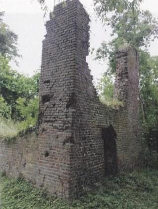 Muurresten van het kasteel van Asten, die worden aangeduid als de 'heksentoren'.