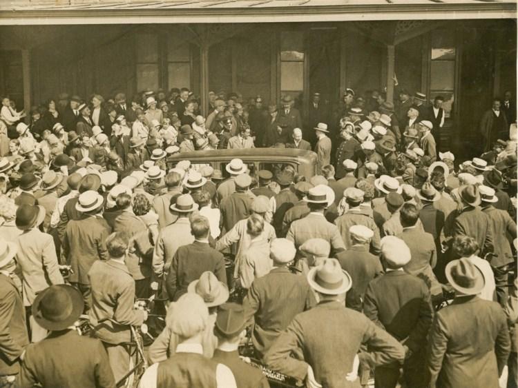 Sjef van Dongen verlaat het Maasstation. Een mensenmassa wachtte op 14 augustus 1928 in Rotterdam de   nieuwe held op. (Zeeuws Archief)