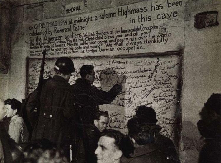 Amerikaanse militairen zetten hun naam op de muur in de groeve. © shak1944