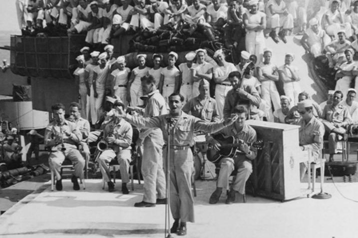 Irving Berlin treedt op aan boord van de USS Arkansas in 1944. © US Government