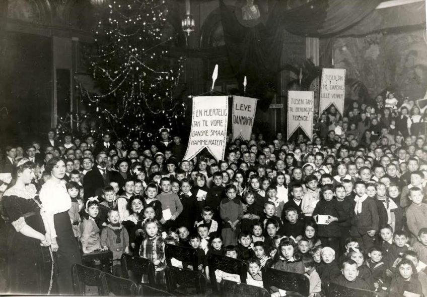 Foto van het Amsterdamse kerstfeest voor Belgische vluchtelingen, 22 dec. 1914. Bron: foto uit boek.