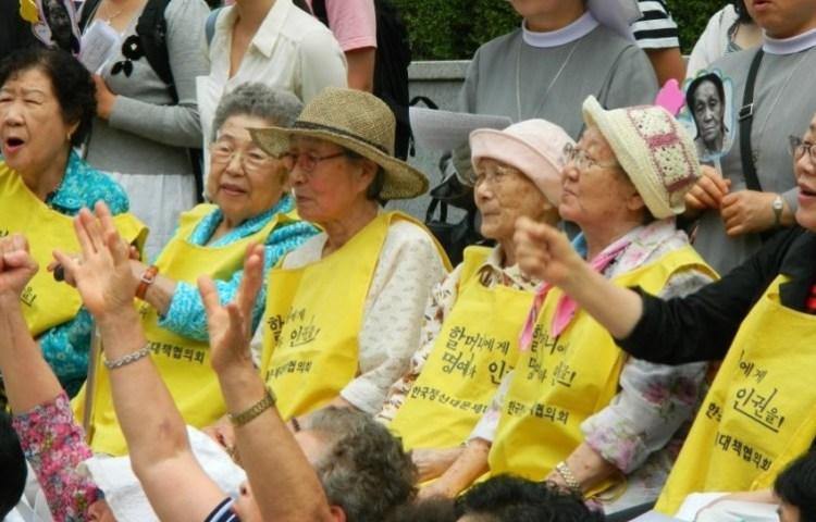 Voormalige 'Troostmeisjes' tijdens een protest bij de Japanse ambassade in Seoul, 2011 - cc