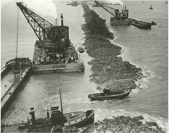 Het laatste gat in de Afsluitdijk, vlak voordat het werd gedicht in 1932.