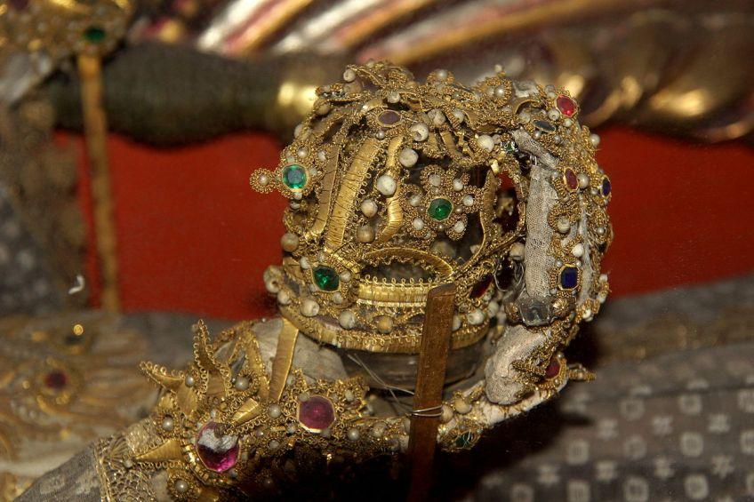Juwelen in de hand van een catacombenheilige in een kerk in Gnadenberg, Duitsland
