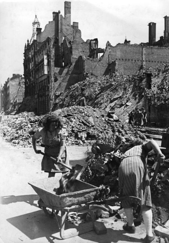 """Zogenoemde """"Trümmerfrauen"""" ruimen het puin op in Berlijn, 1946. (Bundesarchiv, Bild 183-H29659 / CC-BY-SA)"""