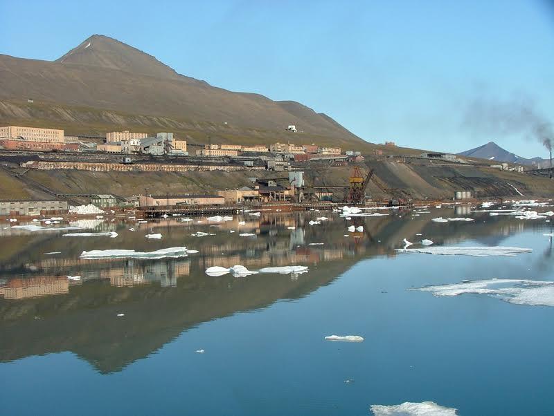 Barentsburg op Spitsbergen. Barentsburg telt tegenwoordig nog circa 400 inwoners.