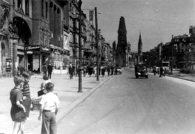 Kurfürstendamm, juli 1945. Op de achtergrond de zwaar gehavende Kaiser Wilhelm Gedächtniskirche. (Bundesarchiv, Bild 204-003 / CC-BY-SA)