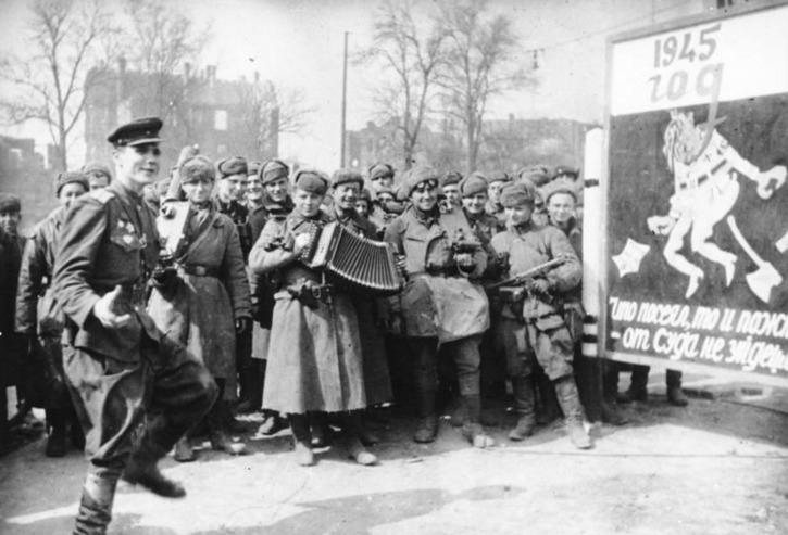 Een soldaat van het Rode Leger doet in Berlijn een vreugdedansje om de overwinning te vieren. (Bundesarchiv, Bild 183-E0406-0022-018 / CC-BY-SA)