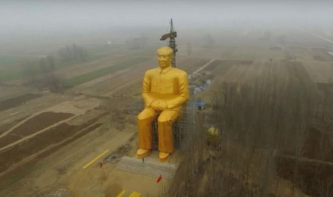 Enorm gouden Mao-beeld onthuld in China (Still YouTube)