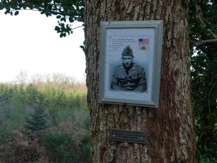 Bordje met foto ter nagedachtenis aan de Amerikaanse militair (Peter Van Pelt)