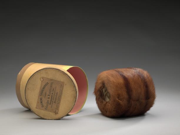 Schenking van mevrouw Klomp: een mof van vossenbont met doos, oorspronkelijk gekocht door Mijntje Kuiper, ca. 1930, Amsterdam Museum.