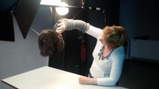 Fotograaf Monique Vermeulen blaast de haren van de mof de goede kant op voor de foto