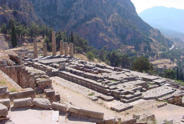 Het heiligdom van Delphi met zicht op de Apollotempel
