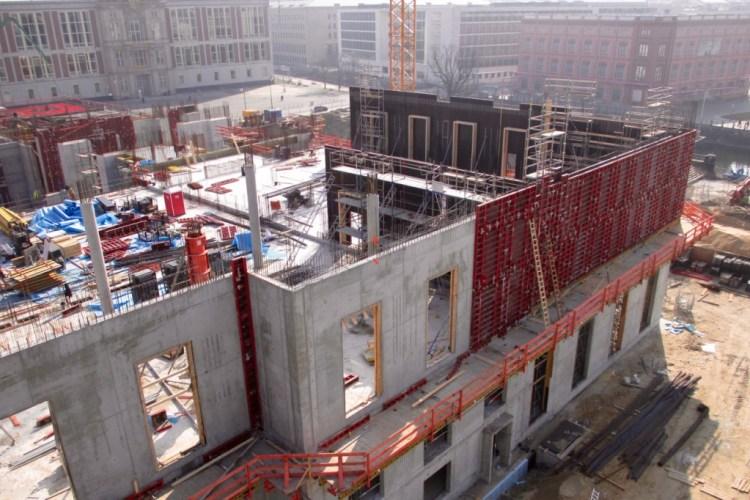 Humboldtforum in aanbouw in maart 2014. Op de achtergrond is het enig bewaarde bouwdeel van het oorspronkelijke Stadtschloss te zien: Portal IV, vanwaar Karl Liebknecht in november 1918 de revolutie verkondigde. De DDR liet het inbouwen in de gevel van het Staatsrat-gebouw.