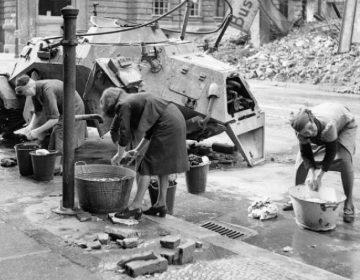 Duitse vrouwen doen de was in een verwoest Berlijn, 1945 - cc