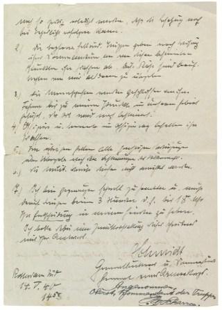 Achterzijde van het beladen document en het vervolg van Schmidts capitulatie-eisen. Kapitein Backer krijgt dit om 13.15 uur Nederlandse tijd mee. De Nederlanders hebben nog drie uur om zich over te geven. De inkt is nauwelijks droog of de bommenregen daalt al neer op de stad. Na de ramp noteert kolonel P.W. Scharroo ontdaan 'Angenommen, Oberst, Kommandant der Truppen' – en zet zijn handtekening.