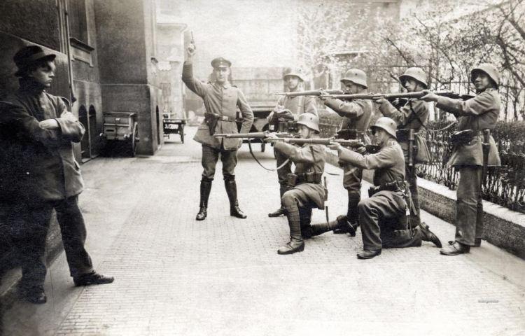 Executie van een communist in München. Bron: rarehistoricalphotos.com