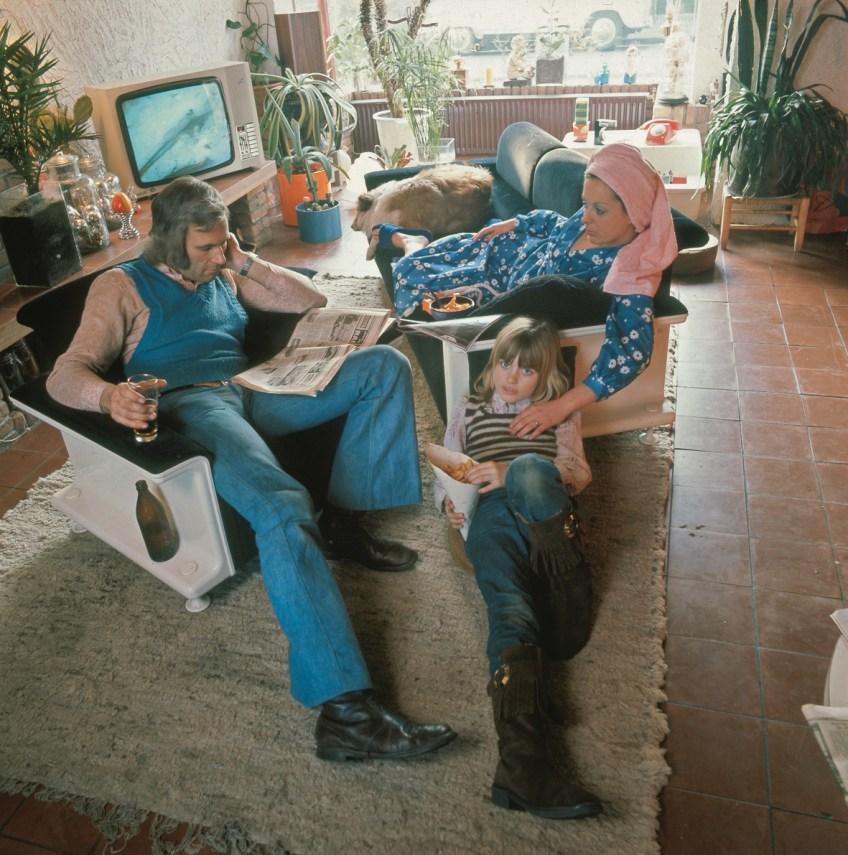 Interieur woonkamer met gezin. Bron: Bron: Nationaal Archief/Spaarnestad, Harry Pot (boek p.70,71)