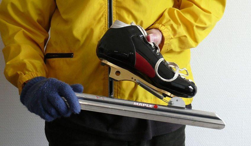 Max Dohle toont een klapschaats (cc)