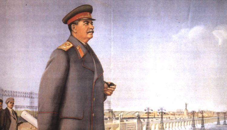 """Propagandaposter voor Jozef Stalin uit 1951. Onderschrift: """"Glorie aan Stalin! Aan de geweldige architect van het communisme"""". Ca. 1935. Bron: www.sovietposters.com"""
