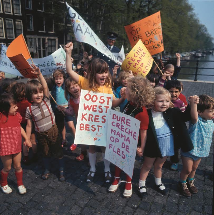 """""""Oost West, Kres Best"""". Kinderen demonstreren voor de wensen van hun ouders: goedkopere crèches. Bron: Nationaal Archief/Spaarnestad (boek p.189)"""