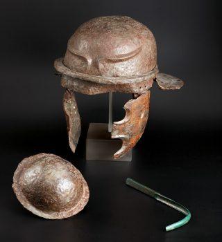 IJzeren helm van een legioensoldaat, die gelegerd was in de vroegste Romeinse legerplaats in Nijmegen, die rond 19 voor Chr. werd aangelegd en maar enkele jaren in gebruik was. Gevonden samen met de ijzeren schildknop en de bronzen huidschaper in een kuil net buiten de legerplaats op de Hunerberg in Nijmegen-Oost, ca. 20-10 voor Chr. (Valkhof)