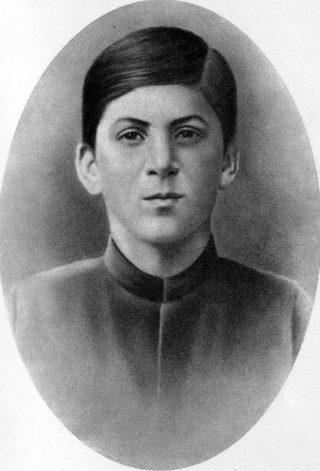 Stalin als 15-jarige jongeman, in 1894. Bron: Wikimedia.