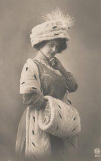 Vrouw met hoed sjaal en mof, crica 1910. Bron: Wikimedia