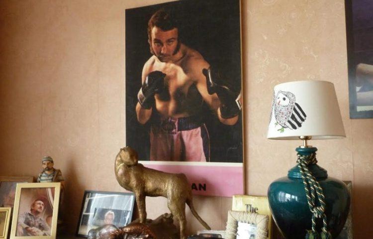 In het huis van voormalig profbokser Jean-Pierre Coopman (Paul Prillevitz)