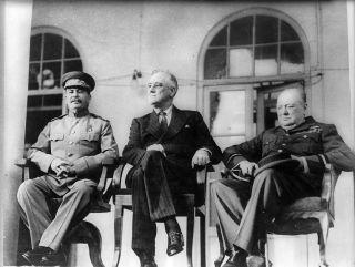 Jozef Stalin overlegt op de Conferentie van Teheran in 1943 met Franklin Roosevelt en Winston Churchill. Bron: Wikimedia.