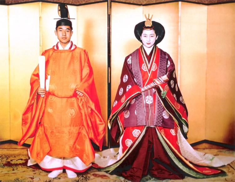 Akihito en Shoda in officiële kleding tijdens hun huwelijk in 1959